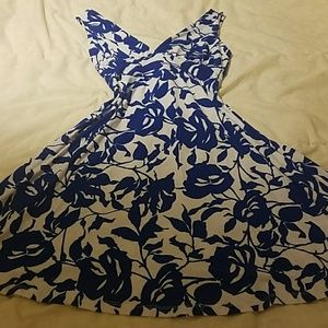 Street code size medium blue and white floral